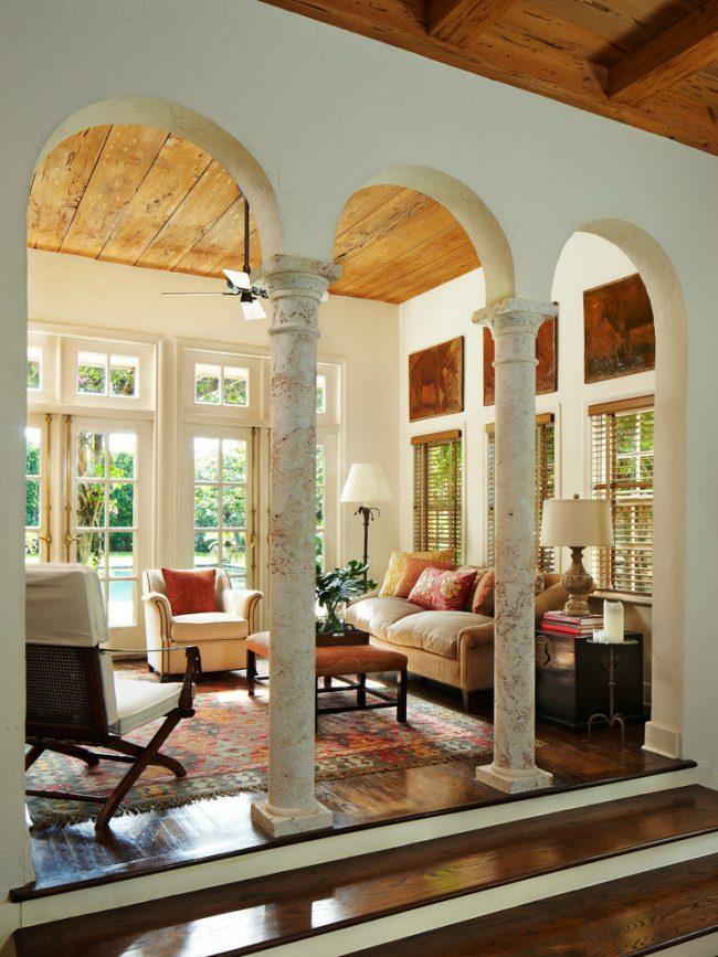 Colonnes de marbre élégantes à l'intérieur