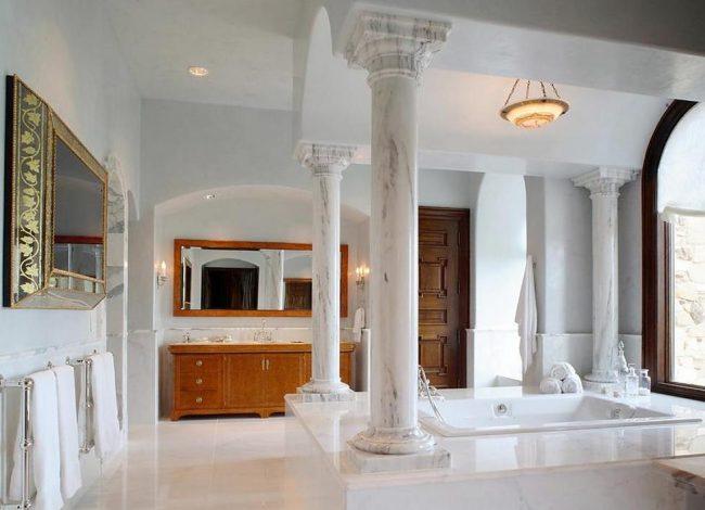 Belles colonnes en pierre dans la salle de bain