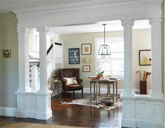 Des colonnes à motifs en plâtre mettront en valeur le couloir