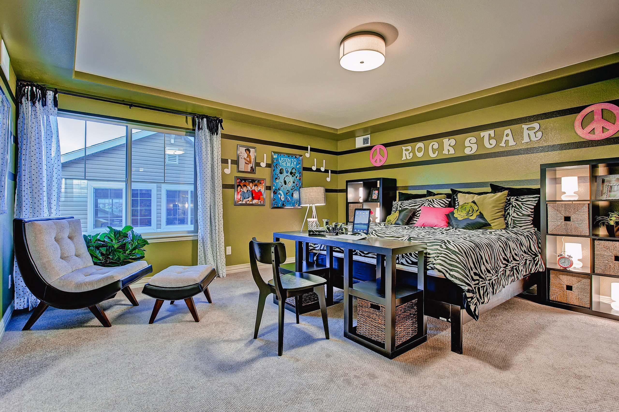 Conception intéressante d'une chambre spacieuse pour un étudiant