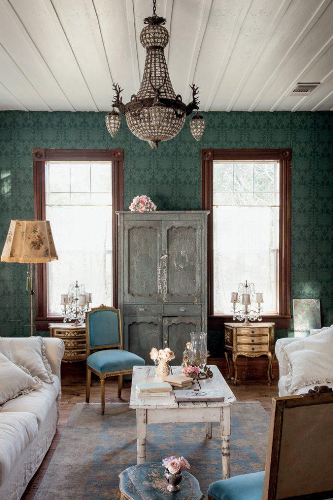L'intérieur du salon est de style bohème chic, où plusieurs styles similaires sont harmonieusement combinés