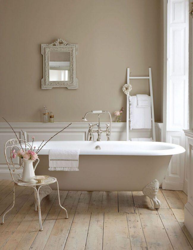 La spacieuse salle de bain provençale est tout à fait compatible avec le style classique