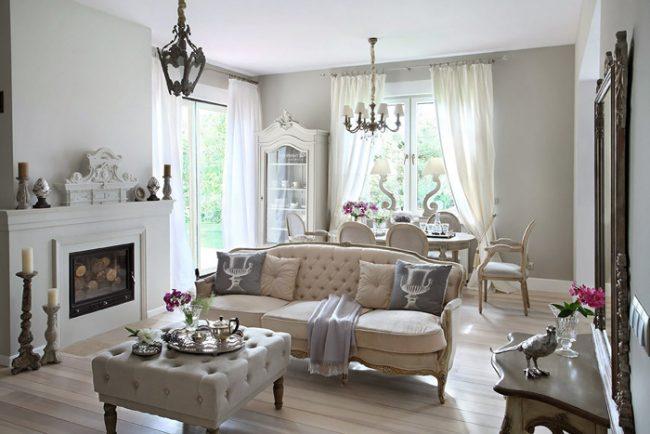 Un intérieur classique décorera un petit salon