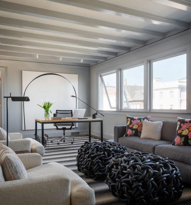 Bureau à domicile dans un style minimaliste strict