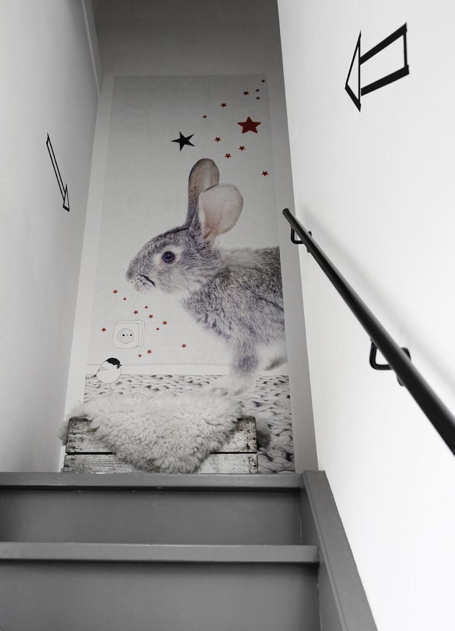 Joli lapin dans l'escalier