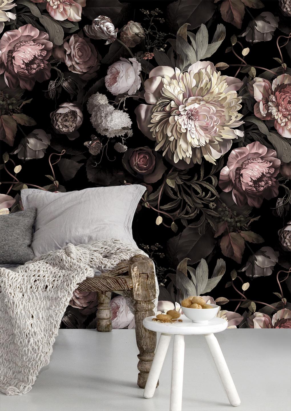 Belles fleurs claires sur fond sombre