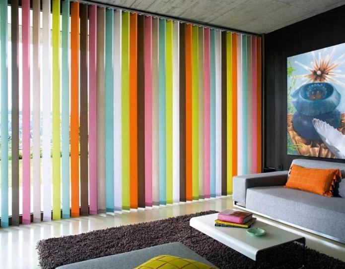 stores multicolores dans le salon