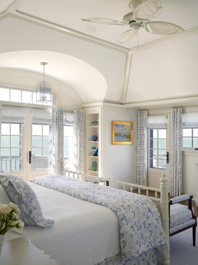 L'intérieur d'une maison de campagne peut être décoré dans un sens nautique, dans des tons bleus doux