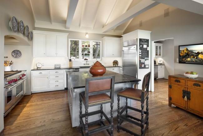Dans le style campagnard, des meubles de formes simples sont utilisés.  Il doit être fait de matériaux naturels dans des tons clairs.