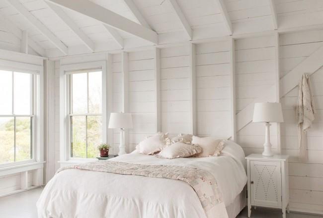 Chambre à coucher avec garniture en clin et bois peint