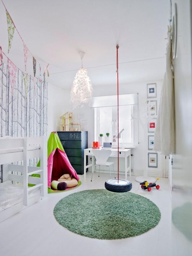 Chambre d'enfants dans une maison de campagne avec balançoire