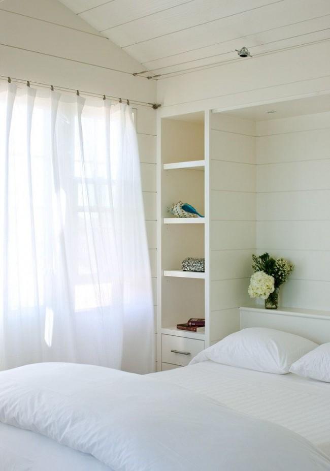 Chambre blanche délicate avec un minimum de mobilier et de décoration