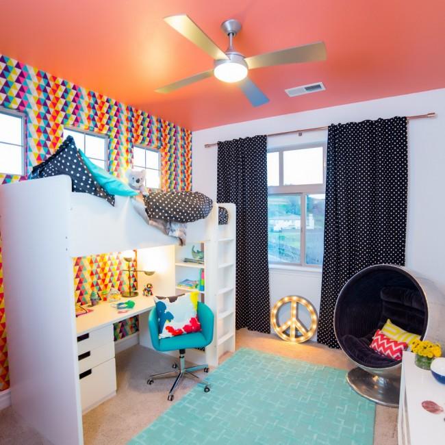 Chambre d'enfant lumineuse avec plafond tendu corail mat