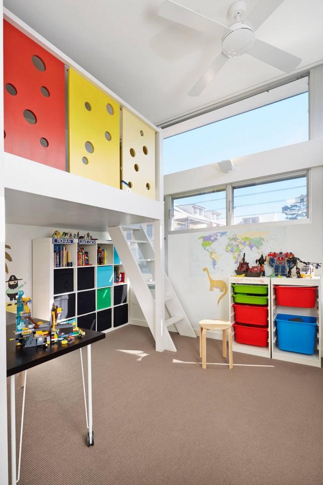 Pour plus de sécurité, les côtés du lit mezzanine peuvent être montés jusqu'au plafond