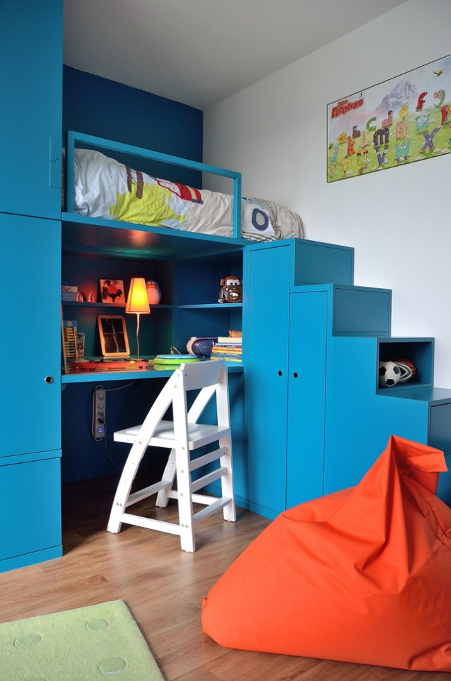 Une combinaison spectaculaire de turquoise foncé et de terre cuite brillante dans la conception de meubles pour enfants