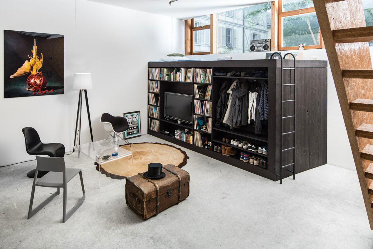 Lit mezzanine à l'intérieur d'un salon moderne