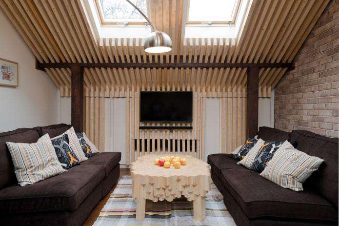 table basse en bois à l'intérieur