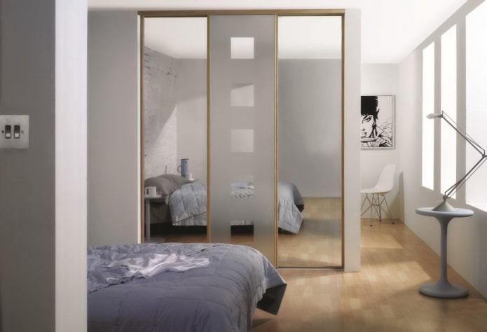 armoire coulissante en forme de cloison à l'intérieur