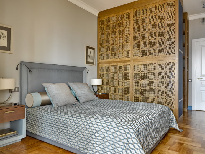 armoire en bois sous la forme d'une cloison à l'intérieur