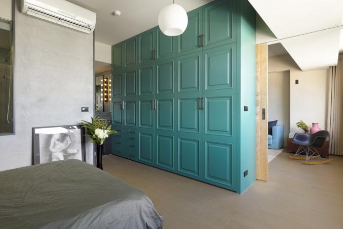 armoire ordinaire sous la forme d'une cloison à l'intérieur