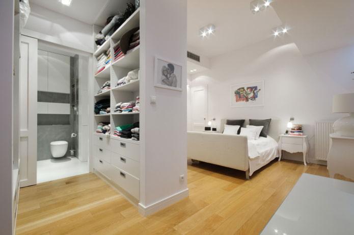 armoire blanche en forme de cloison à l'intérieur
