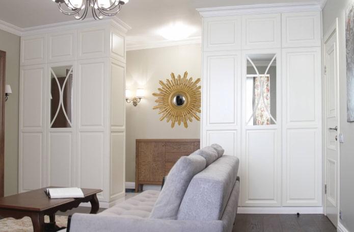 armoires blanches en forme de cloison à l'intérieur
