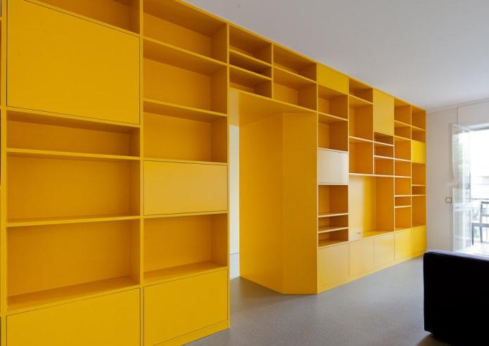 armoire jaune en forme de cloison à l'intérieur