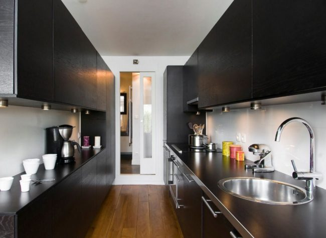 Couloir de cuisine moderne noir