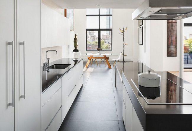 Déplacer la cuisine vers le couloir permet d'agrandir le salon ou d'équiper une salle à manger spacieuse