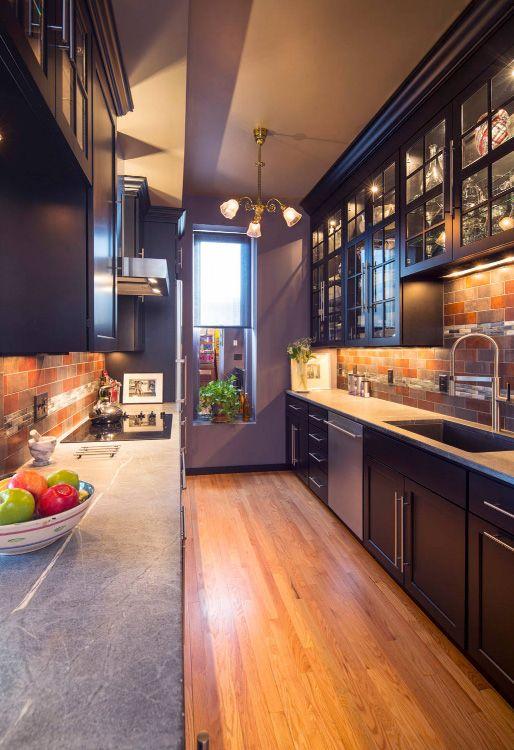 La brique décorative sur les murs de la nouvelle cuisine dans le couloir atténuera les irrégularités des murs.