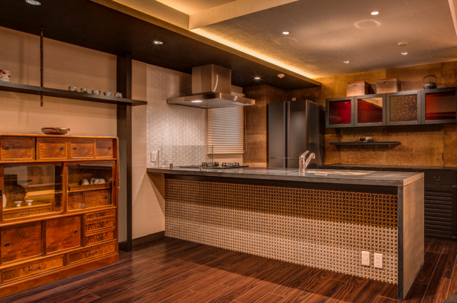 Intérieur chocolat dans un style asiatique classique dans un appartement à Kyoto