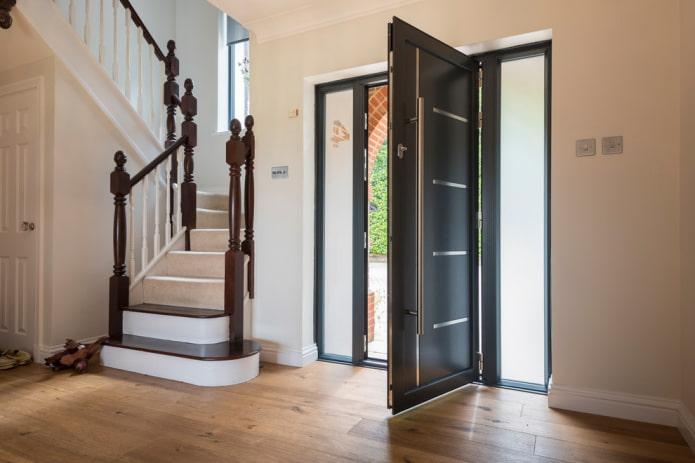 portes d'entrée en métal à l'intérieur