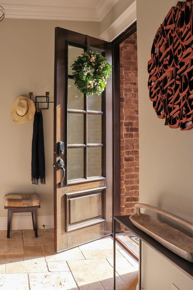 portes d'entrée marron à l'intérieur