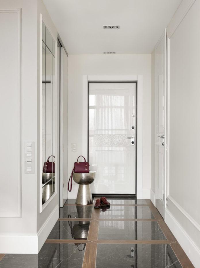 portes d'entrée blanches à l'intérieur