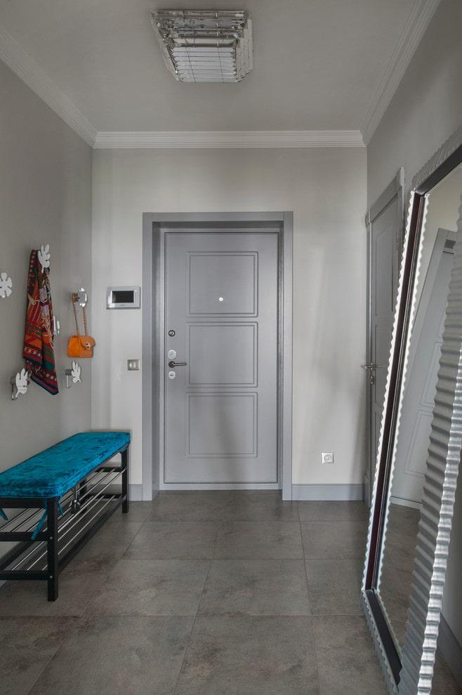 portes grises d'entrée à l'intérieur