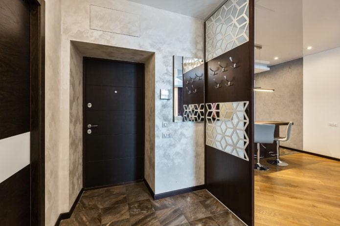 décoration de porte avec du plâtre décoratif à l'intérieur