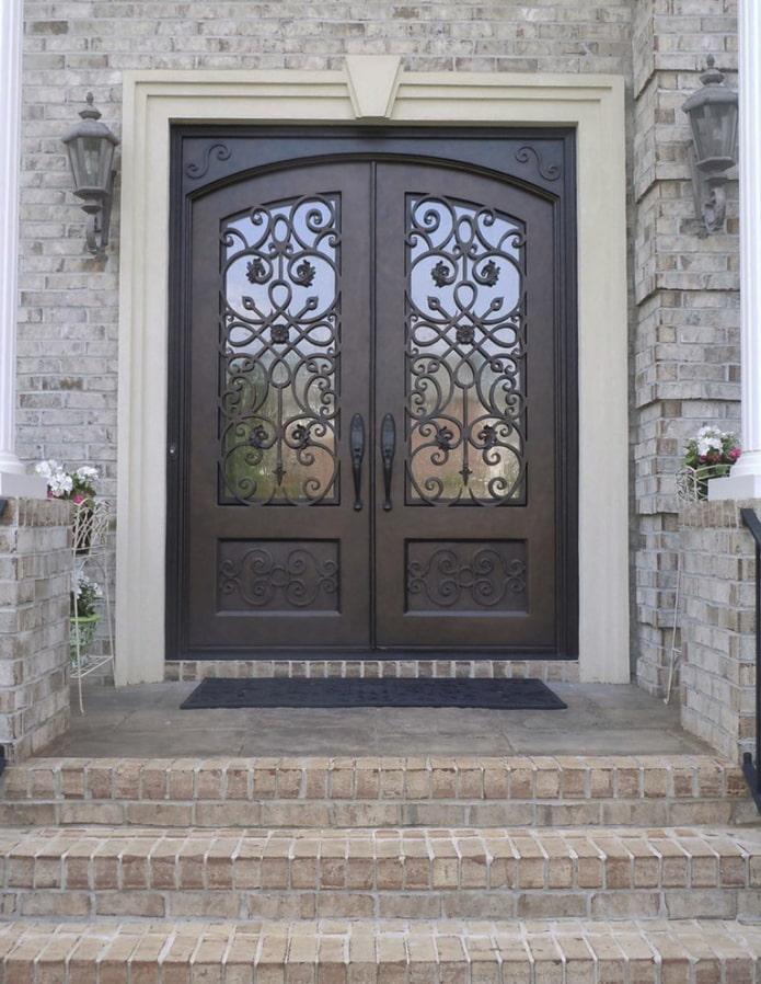 portes d'entrée forgées à l'extérieur