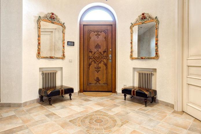 porte d'entrée sculptée à l'intérieur