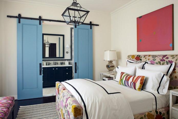 combinaison de portes bleues et de sol sombre