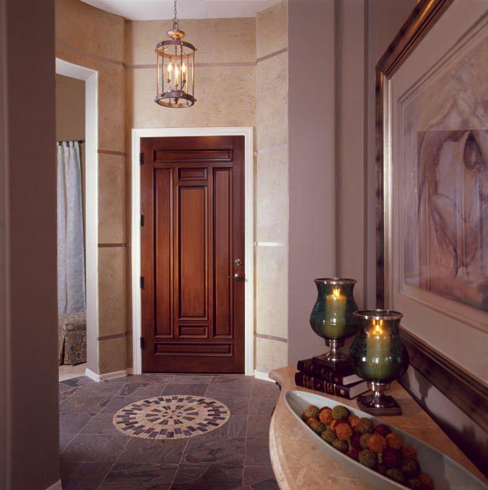 portes massives avec un motif sculpté à l'intérieur d'un couloir classique
