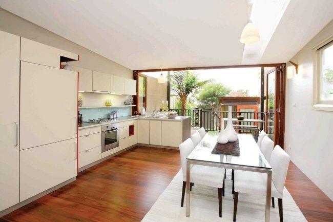 Les portes battantes donnant sur le balcon depuis la cuisine conviennent bien à une maison privée