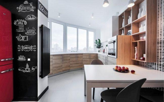 La partie principale de la cuisine sortie sur le balcon est une solution intéressante et non standard.