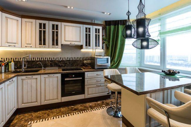 La cuisine se fond harmonieusement dans la salle à manger, qui est déjà sur le balcon