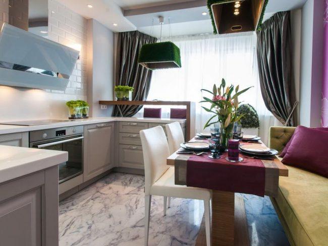Cuisine moderne et lumineuse combinée avec un balcon