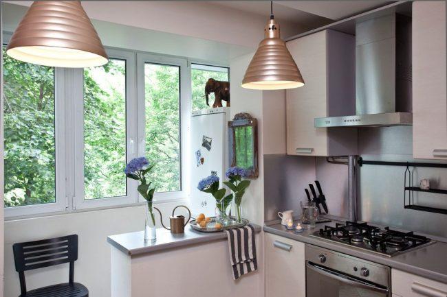 La cuisine et le balcon sont séparés par un petit rebord de fenêtre