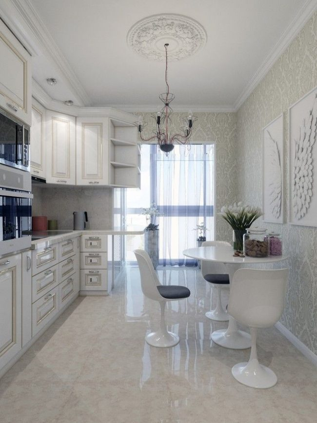 Les fenêtres panoramiques au sol sur le balcon combinées à la cuisine sont élégantes