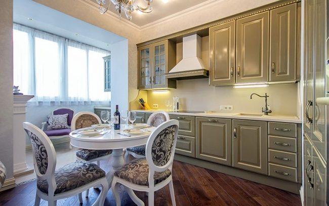La cuisine se transforme en petit coin salon sur le balcon isolé