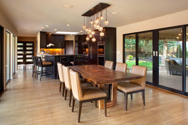 Une belle table de cuisine faite d'un morceau de bois massif est très élégante
