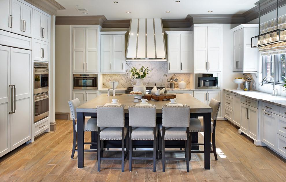 Style classique à l'intérieur d'une cuisine spacieuse