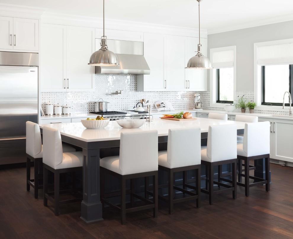 Une table rectangulaire en bois naturel convient bien à une grande cuisine ou salle à manger